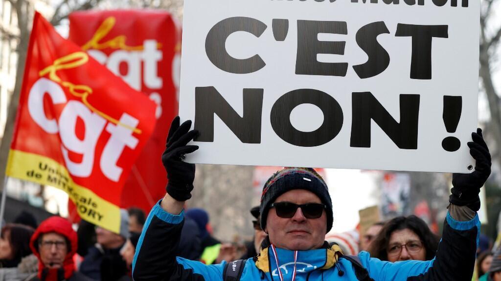 Una manifestante protesta contra la reforma pensional planteada por el presidente Emmanuel Macron durante una de las huelgas generales contra el Ejecutivo. En París, Francia, el 24 de enero de 2020.