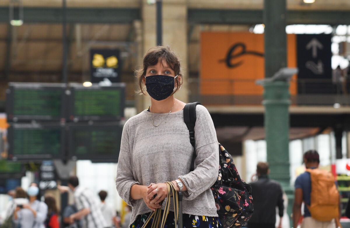 Sophie Holmes, une enseignante franco-britannique, a modifié deux fois la date de son billet Eurostar pour être sûre de rentrer au Royaume-Uni avant la mise en place de la quatorzaine à l'arrivée.