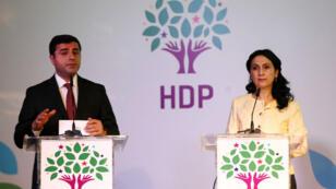 Selahattin Demirtas (gauche) et Figen Yüksekdag, co-présidents du HDP, lors d'une conférence à Ankara le 2 octobre 2015.