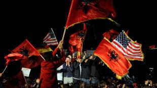 Partidarios del Movimiento para la Auto-Determinación de Kosovo celebran su victoria en Pristina, la capital del país, el domingo 6 de octubre de 2019.