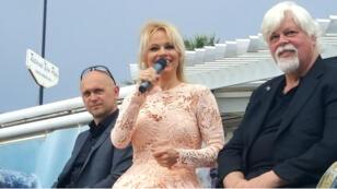 Pamela Anderson entourée d'Alex Cornelissen et Paul Watson, fondateur de Seasheperd, à Bijou Plage à Cannes, le 14 mai 2016.