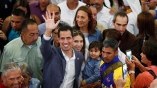 El líder de la oposición venezolana, Juan Guaidó, sobre quien pesa la investigación de la Contraloría, participó en un evento religioso junto con su esposa Fabiana Rosales y su hija en Caracas, el 10 de febrero de 2019.