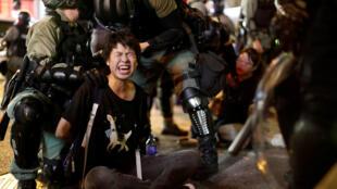 Un manifestante es detenido por las autoridades policiales durante las protestas en Hong Kong, el 7 de octubre de 2019.