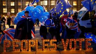Manifestantes contrarios al Brexit protestan ante el Parlamento británico en Londres, Reino Unido, el 10 de diciembre de 2018.