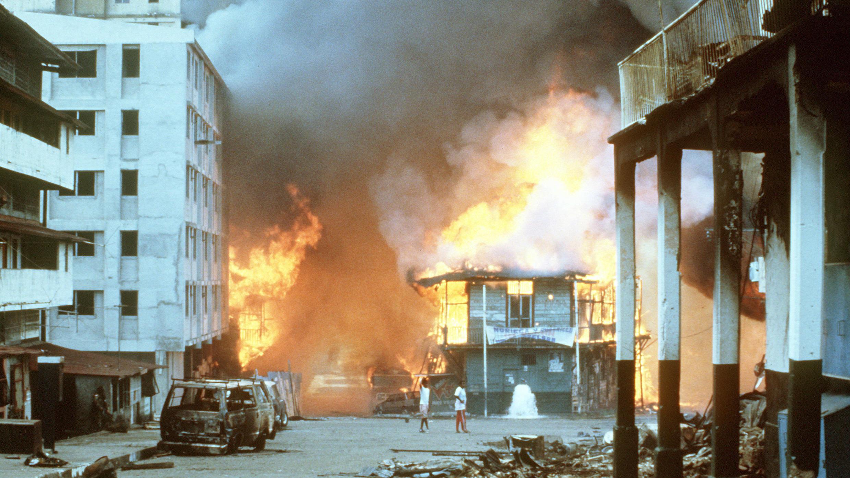 Las llamas envuelven un edificio tras el estallido de hostilidades entre la Fuerza de Defensa Panameña y las fuerzas de los Estados Unidos durante la Operación Causa Justa, el 21 de diciembre de 1989.