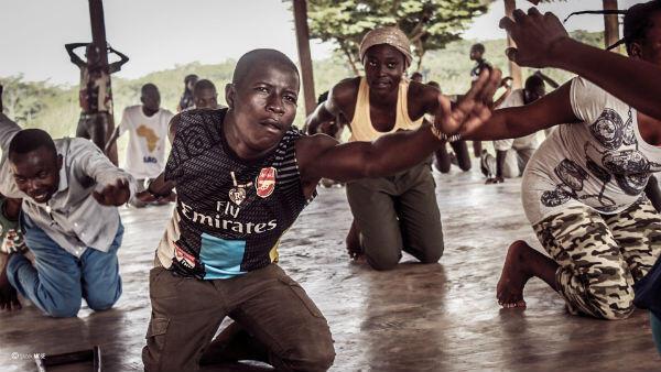 Atelier de danse dirigé par le chorégraphe Fabrice Don de Dieu Bwabulamutima dans le camp d'Inke, en RD Congo.