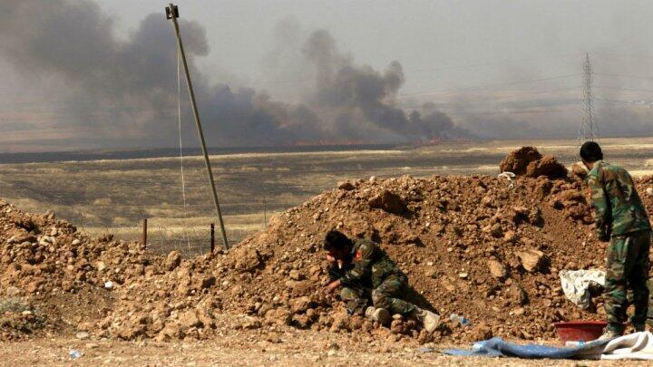 Des peshmergas sur le front près du village de Hasan Sham, à environ 45 km de Mossoul, en mai 2016.