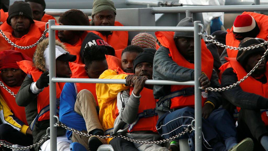 Algunos de los migrantes que quedaron varados en el barco de rescate de la ONG alemana Sea-Eye, Alan Kurdi, momentos antes de desembarcar de un bote patrullero de las Fuerzas Armadas de Malta en su base en el puerto de Marsamxett, Malta, el 13 de abril de 2019.