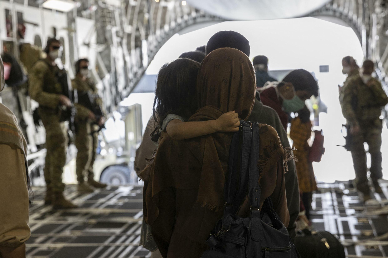 Esta foto tomada el 21 de agosto y recibida el 22 de agosto de 2021 de la Fuerza de Defensa Australiana muestra a personas desembarcando de un C-17A de la Real Fuerza Aérea Australiana. Al menos 7 personas murieron el sábado 21 de agosto mientras intentaban llegar al aeropuerto de Hamid Karzai en Kabul.