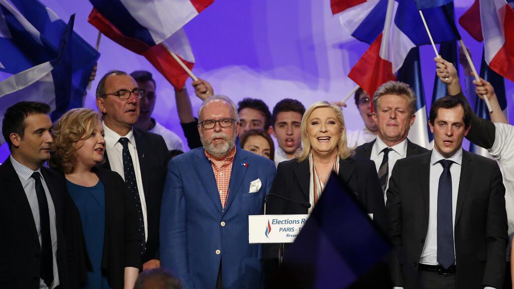 La présidente du Front national Marine Le Pen et d'autres dirigeants du parti lors des élections régionales, le 10 décembre 2016 à Paris.