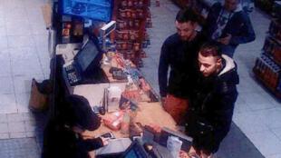 Mohamed Abrini, à gauche, et Salah Abdeslam filmés le 11 novembre 2015 dans une station service au nord de Paris.