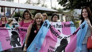 Miembros de la comunidad gay celebran frente al palacio presidencial después de que la CIDH falló para que los estados de la región reconozcan el matrimonio igualitario, en San José, Costa Rica, el 9 de enero de 2018.