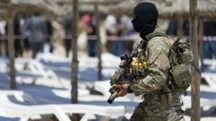 Un soldat tunisien sur la plage de Sousse, où a eu lieu l'attaque terroriste.