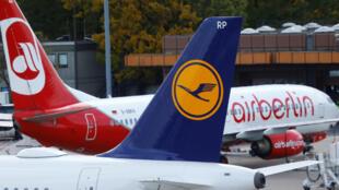 Un avión de Lufthansa carretea junto a una unidad de Air Berlín en el aeropuerto Tegel en Berlín, el 12 de octubre de 2017.