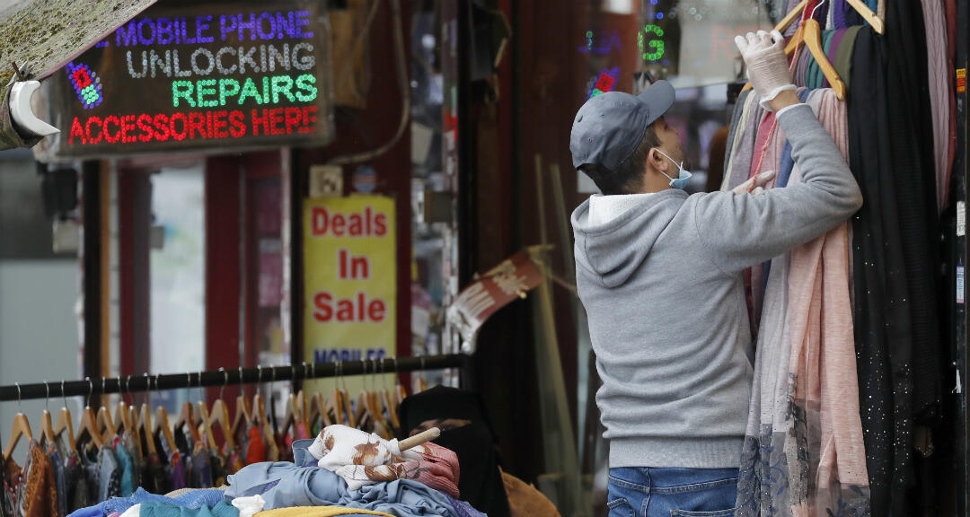 El dueño de una tienda de ropa reabre a medida que se levantan las restricciones a los comercios no esenciales en Londres, Reino Unido, el viernes 19 de junio de 2020.