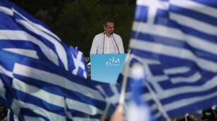 El líder del partido conservador Nueva Democracia, Kyriakos Mitsotakis, saluda a los partidarios durante un mitin preelectoral en Atenas, Grecia , el 4 de julio de 2019.