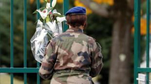 جندية فرنسية تتقدم حاملة الورود إلى القاعدة التابعة للفوج الخامس للمروحيات القتالية ضمن الجيش الفرنسي في مدينة بو– فرنسا. 17/11/2019