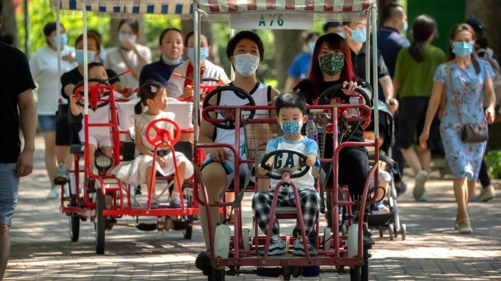 Adultos y niños montan bicicletas en un parque público en Beijing, el sábado 21 de agosto de 2021.