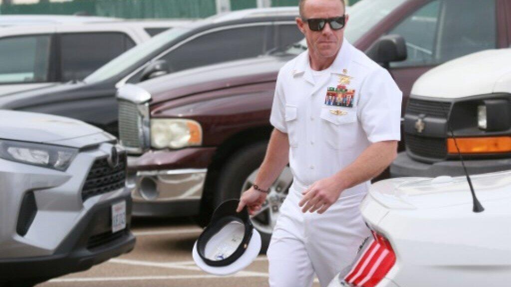 """إدوارد غالاغر، ضابط الصف في وحدة """"نيفي سيلز"""" لدى دخوله المحكمة العسكرية بقاعدة سان دييغو البحرية بولاية كاليفورنيا -2 يوليو/تموز 2019."""