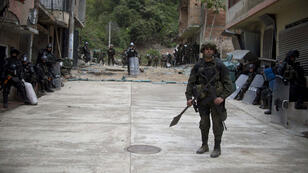 Un policier patrouille dans la villed 'Argelia, département de Cauca, le 27 juin 2015