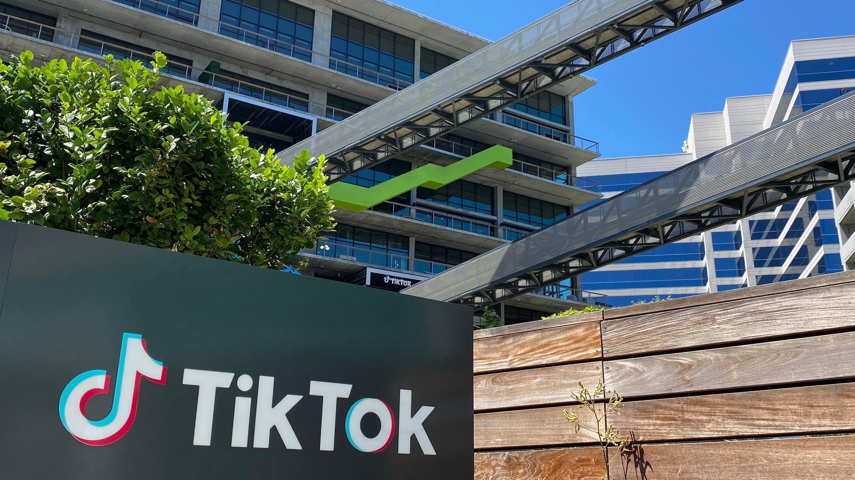 En esta foto de archivo tomada el 11 de agosto de 2020, el logotipo de la aplicación de video china TikTok se ve en el costado del nuevo espacio de oficinas de la compañía en el lado oeste de Los Ángeles.