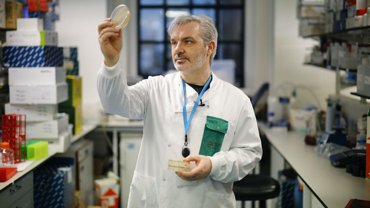 El doctor Paul McKay trabaja en una vacuna para la cepa 2019-nCoV del nuevo coronavirus Covid-19 en Londres el 10 de febrero de 2020.