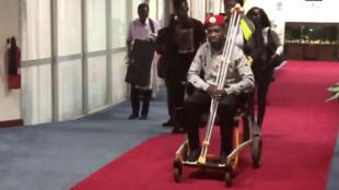 Bobi Wine a été aperçu en fauteuil roulant à l'aéroport d'Entebbe, en Ouganda, vendredi 31 août.