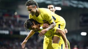 Neymar célèbre son but sur les épaules de Cavani.