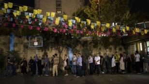 Les files d'attente devant les bureaux de vote étaient visibles jusque dans la soirée, ici à Téhéran, le 19 mai 2017.