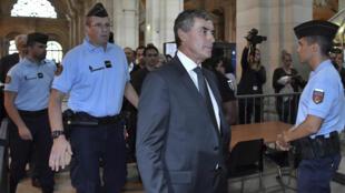 L'ancien ministre des Finances, Jérôme Cahuzac, arrive au tribunal pour la reprise du procès pour fraude fiscale