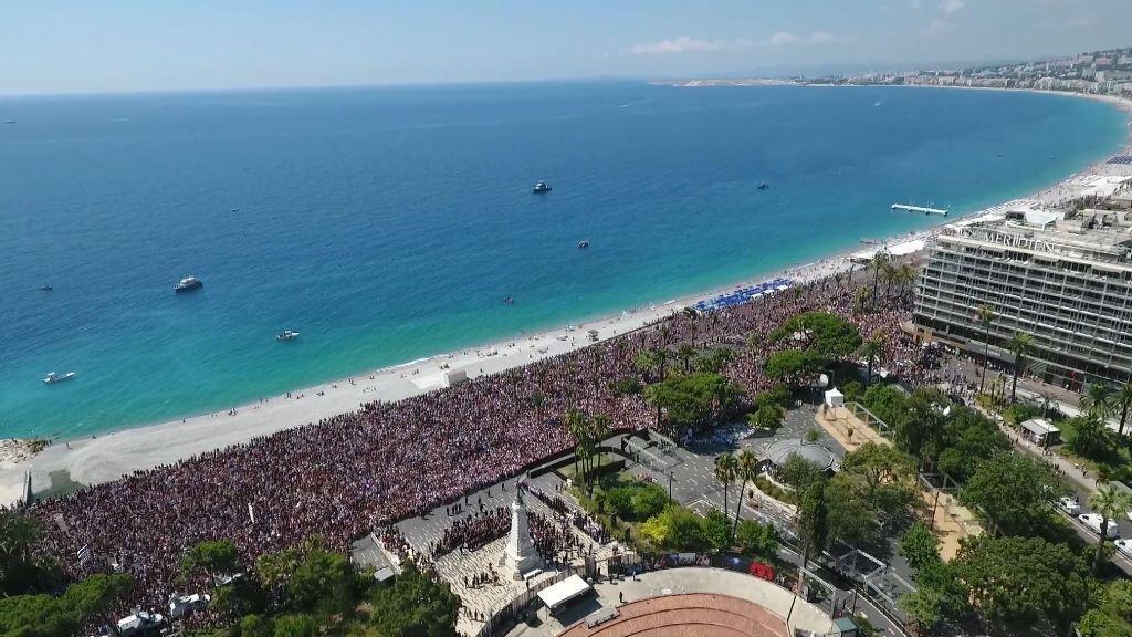 Quelque 42 000 personnes se sont pressées lundi 18 juillet sur la Promenade des Anglais, pour l'hommage national aux victimes.