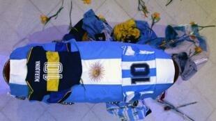 جثمان مارادونا مسجى في القصر الرئاسي بالأرجنتين.
