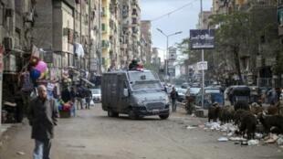 دورية للشرطة الخاصة المصرية في حي الحرم بالجيزة جنوب القاهرة في 25 كانون الثاني/يناير 2016