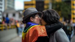 Un couple s'embrasse lord de la gay pride de Bogota, le 2 juillet 2017.