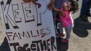 Maria Inga, cuyo esposo es un inmigrante detenido, llora mientras participa en una protesta contra la política de inmigración de Estados Unidos de separar a los niños de sus familias cuando ingresan a los Estados Unidos como inmigrantes indocumentados, Nueva Jersey, EE. UU. , 17 de junio de 2018.