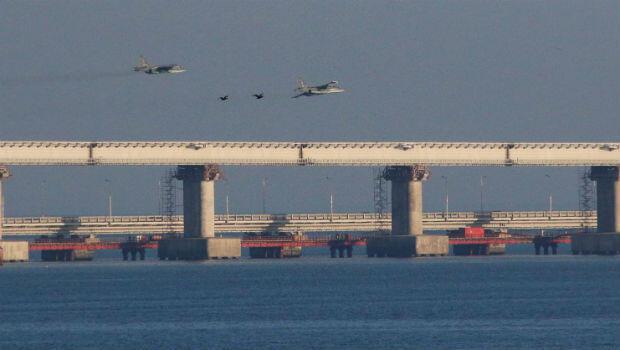 Los aviones de combate rusos vuelan sobre un puente que conecta Rusia con la Península anexada de Crimea después de que tres buques de la armada ucraniana fueron detenidos por Rusia por presuntamente ingresar al Mar de Azov a través del Estrecho de Kerch.
