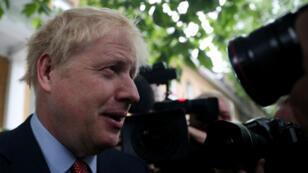 El diputado al Parlamento británico, Boris Johnson sale de su casa en Londres, Reino Unido, el 19 de junio de 2019.