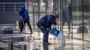 عمال ينظفون الشوارع في وسط موسكو في 2 أيار/مايو 2020