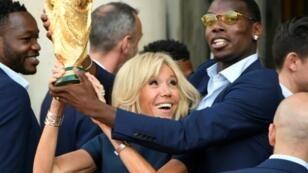 Paul Pogba à l'Elysée avec Brigitte Macron à l'Elysée, le 16 juillet 2018