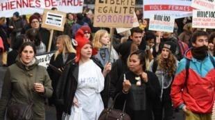 Des milliers de femmes ont défilé à Paris contre violences sexistes et sexuelles, le 25 novembre 2017.