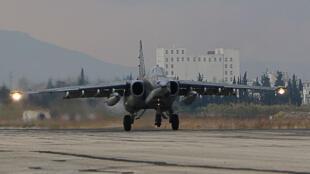 Un bombardier russe Su-34 atterrissant dans la base militaire de Lattaquié, dans le nord-ouest de la Syrie en décembre 2015.