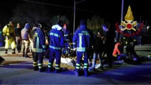 El personal de emergencia atiende a las víctimas de una estampida en un club nocturno en Corinaldo, cerca de Ancona, Italia. Reuters el 8 de diciembre de 2018.