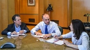 Julie Kozack (D), subdirectora del Departamento de las Américas del FMI, y Luis Cubeddu (I), jefe de la Misión para Argentina, dialogan con el ministro argentino de Economía, Martín Guzmán (C), el 14 de febrero de 2020 en Buenos Aires