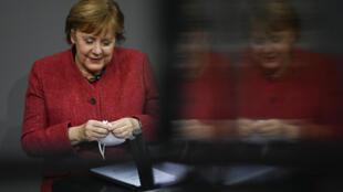 La chancelière allemande Angela Merkel devant le Bundestag, chambre basse du parlement allemand, le 9 décembre 2020 à Berlin