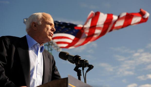 En esta foto de archivo tomada el 3 de noviembre de 2008, el candidato presidencial republicano, el Senador por Arizona John McCain, habla en un mitin de campaña en el Estadio Raymond James en Tampa, Florida.