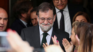 El depuesto presidente del Gobierno español, Mariano Rajoy, mira hacia abajo cuando abandona el Parlamento tras la moción de censura en Madrid, España, el 1 de junio de 2018.