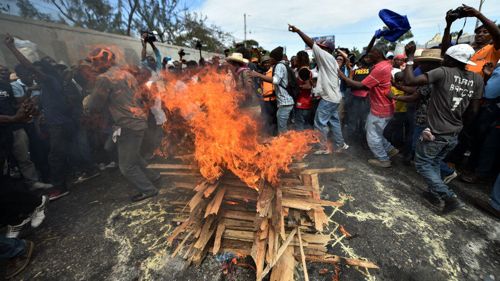 Des manifestants ont exprimé leur joie après un nouveau report du second tour de l'élection présidentielle à Port-au-Prince, en Haïti, le 22 janvier 2016.