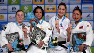 La Française Automne Pavia (deuxième en partant de la droite) a décroché la médaille de bronze dans la catégorie des -57kg lors des Mondiaux-2015.