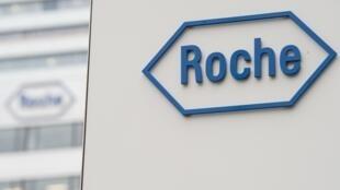 Un logotipo de Roche en la sede central del grupo farmacéutico, el 17 de febrero de 2015 en la ciudad suiza de Basilea