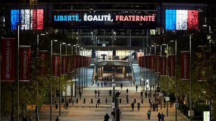 """Wembley arbore sur sa façade la célèbre devise de la République française : """"Liberté, Égalité, Fraternité"""""""